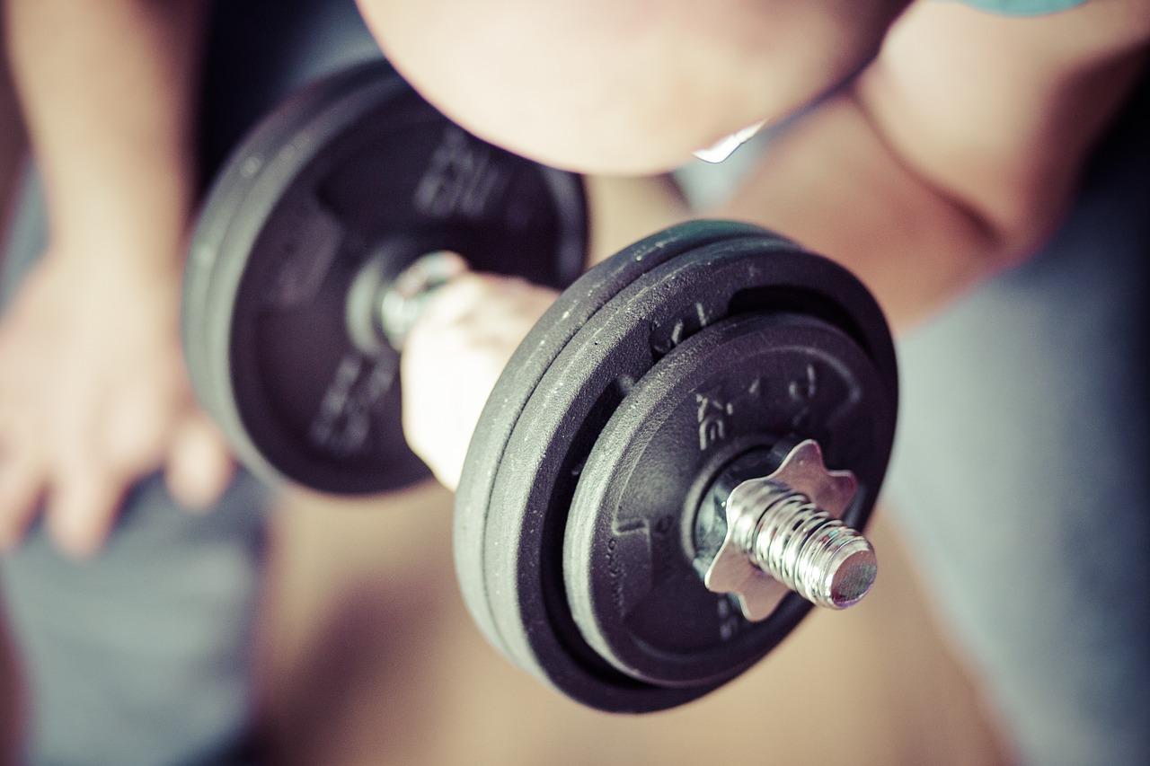 Siłownia a ćwiczenie w domu